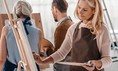 אישה מציירת