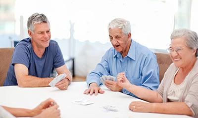 אנשים משחקים קלפים